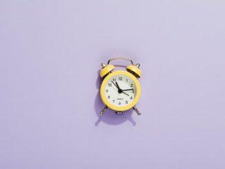 Een kleurrijke klok voor het kind